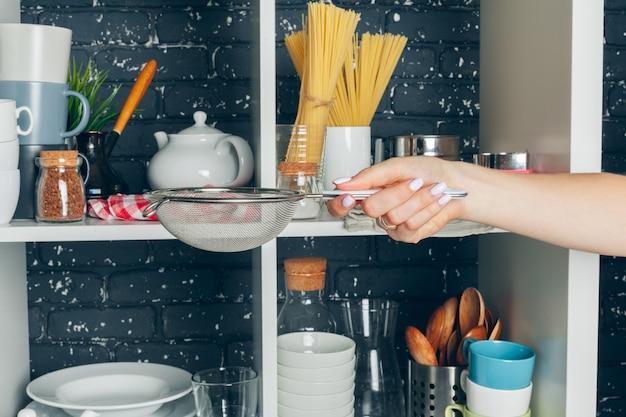 食器セット付きの白い棚ユニット