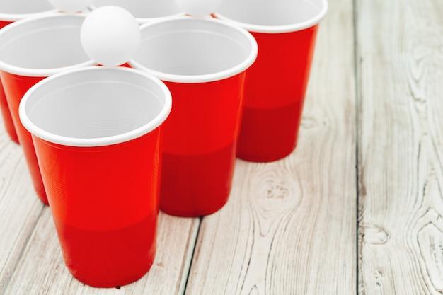 テーブルの上のカップゲームビールポン