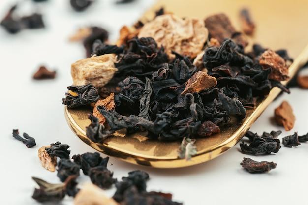 乾燥茶葉のヒープをクローズアップ