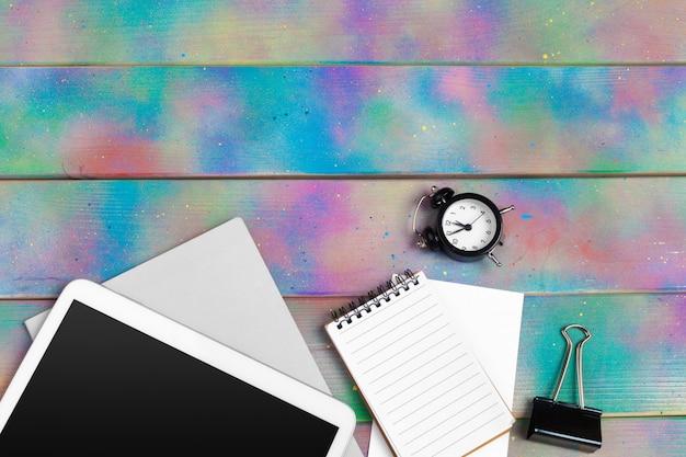Современная пустая цифровая таблетка с бумагами и ручка на деревянном столе. вид сверху. высокого качества