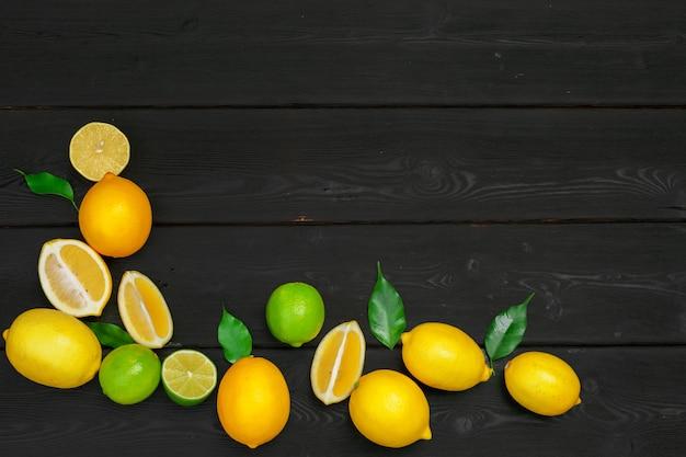 Лимоны и лаймы на деревянном.