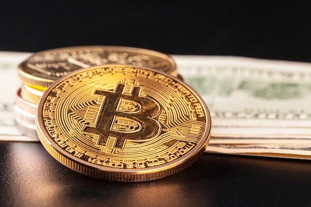 Золотая монета биткойн и доллары сша