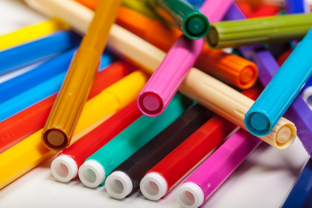 色とりどりのフェルトペン、白で隔離