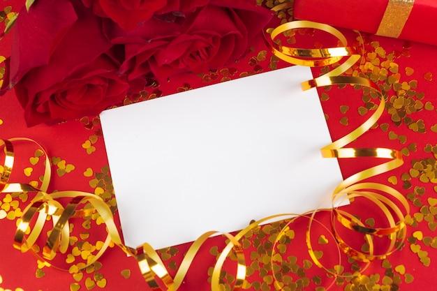 赤いバラと空白のギフトカード