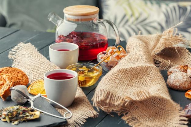 Китайский чай чайник лимон имбирь мед на легкую скатерть. чайная церемония