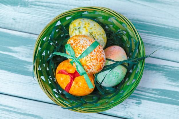 Пасхальные яйца с тюльпанами на синем деревянном
