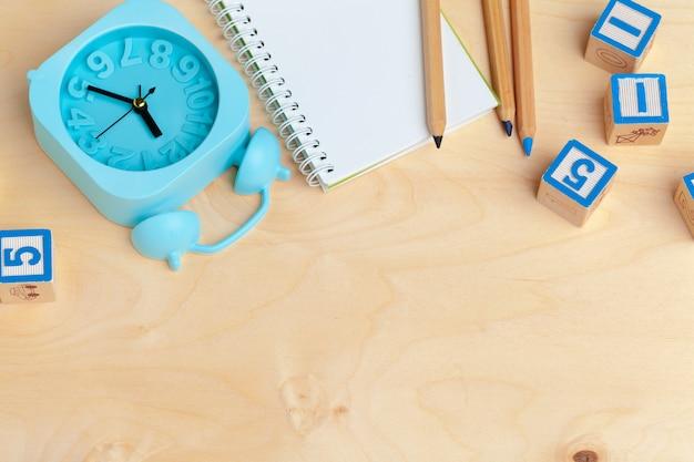 Блокнот на деревянный стол и деревянные блоки алфавита