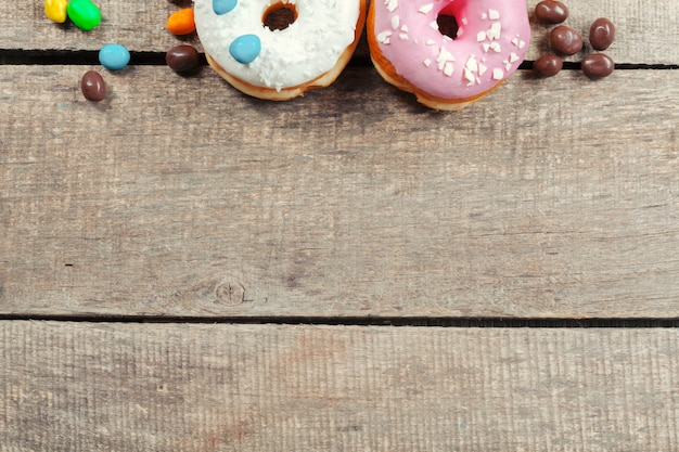 木製の艶をかけられたドーナツ