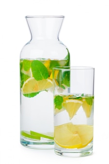 Кувшин домашнего лимонада изолирован