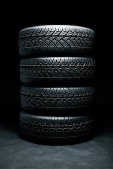 新しいタイヤ。車のタイヤをクローズアップ