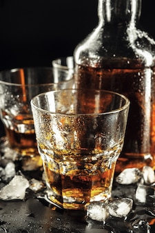 ウイスキーのグラスと四角いデカンタ