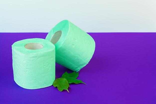トイレタリー。紫の緑のトイレットペーパーのロール