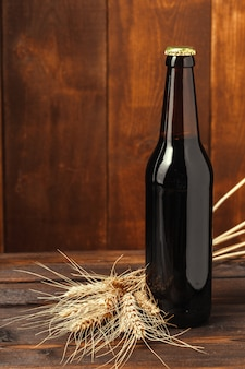 Пивная бутылка на деревянном