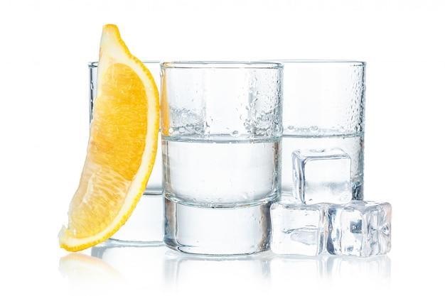 Коктейль. водка, джин, текила изолированные