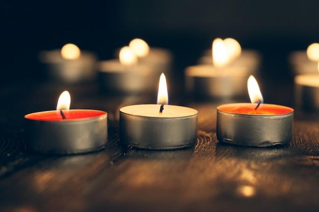 Свечи в темноте. концепция поминовения.