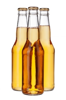白で隔離される軽いビールの瓶をクローズアップ