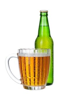 新鮮なビールのグラスとボトルをクローズアップで分離白