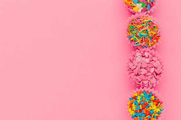 砂糖の振りかけ、デコレーションケーキ、アイスクリーム、ピンクのクッキー