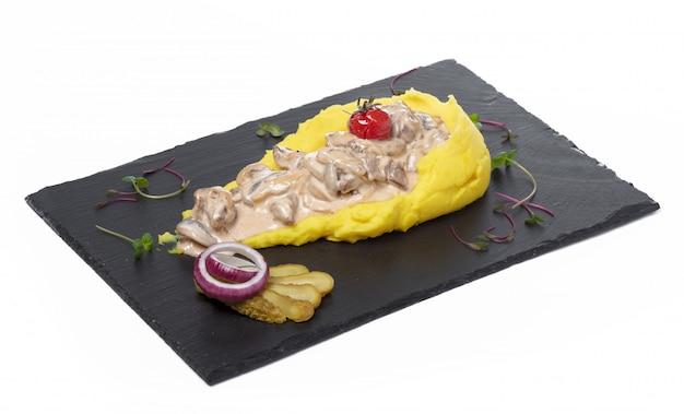 Картофельное пюре с мясным соусом, изолированное на белом