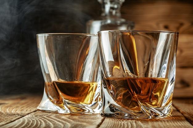 強いスピリッツセット。グラスにハードアルコール飲料