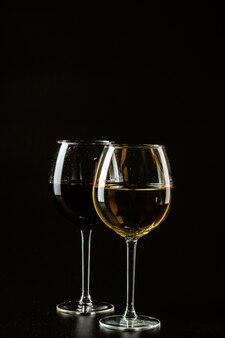 暗い色のワイングラス
