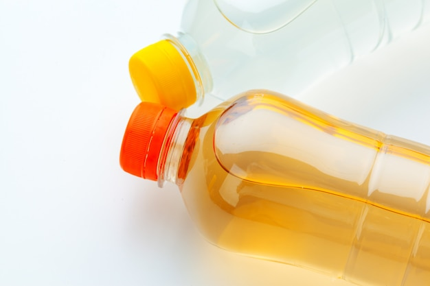 Ряды красочных напитков пластиковых бутылок крупным планом