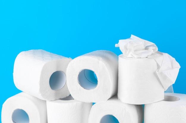 Туалетная бумага. крупным планом на синем