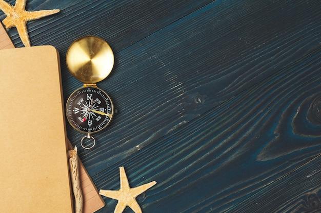 木製のテーブルに旅行アイテム。