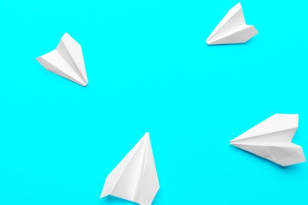 青の紙飛行機のグループ。ビジネスの新しいアイデアの創造性と革新的なソリューション