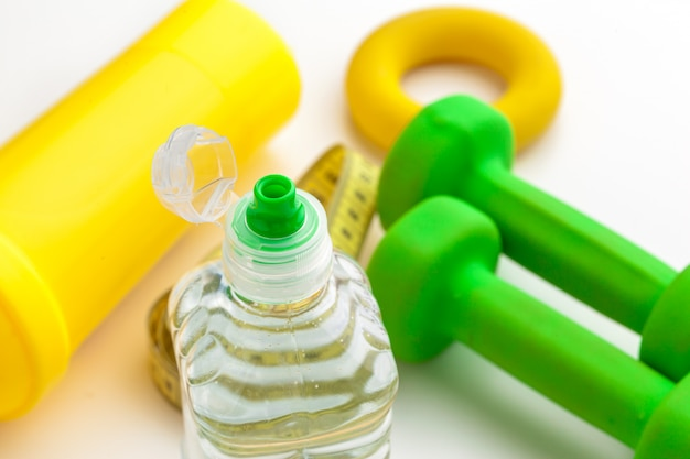 Вода в бутылках здоровый образ жизни и рулетка на белом