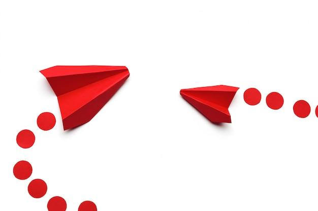 白の紙の折り紙おもちゃの飛行機