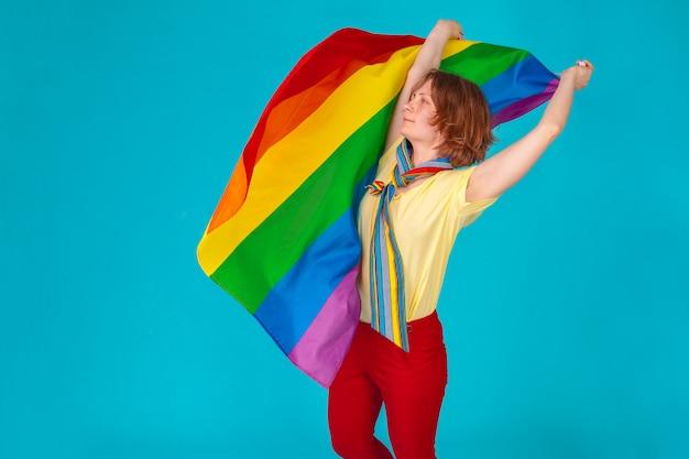 Женщина с флагом лгбт