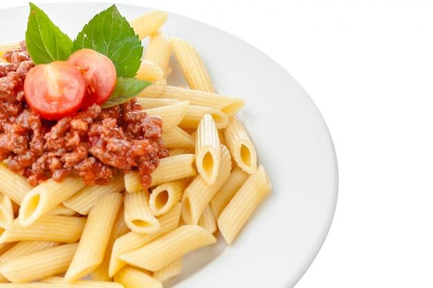 牛肉または豚肉、チーズ、トマト、白い皿にスパイスのスパゲッティボロネーゼソース