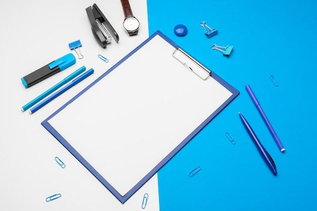 鮮やかなダブルトーンの青と白のクリップボード