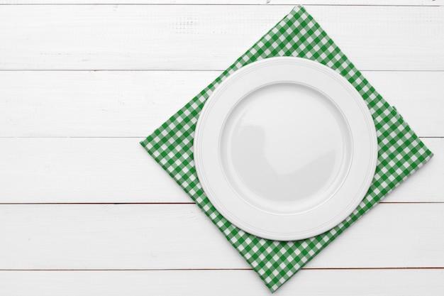 Пустая тарелка и полотенце