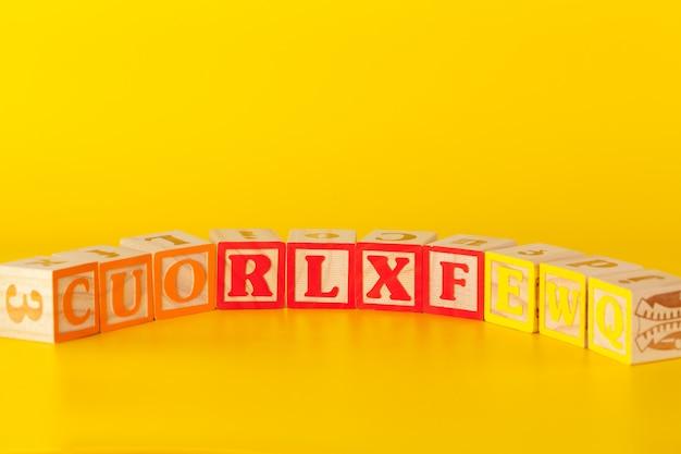 文字とカラフルな木製ブロック