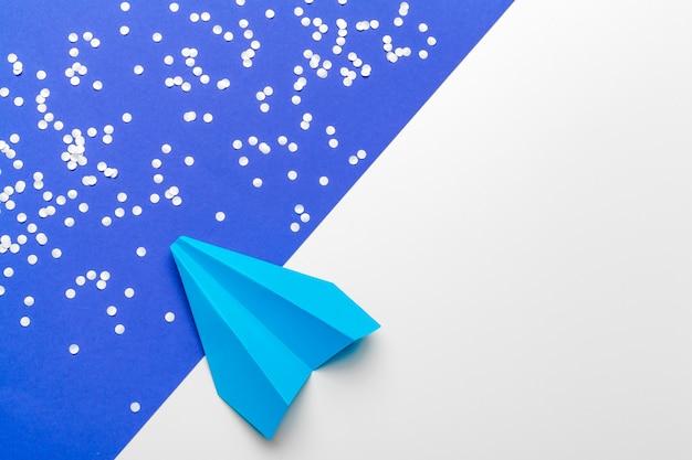 ビジネスリーダーシップ、金融の概念。青い紙飛行機