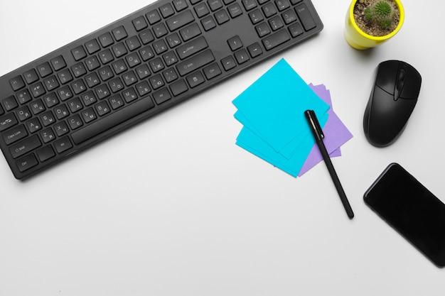 Вид сверху рабочее место офисного работника с клавиатуры компьютера