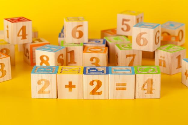 黄色の文字とカラフルな木製ブロック