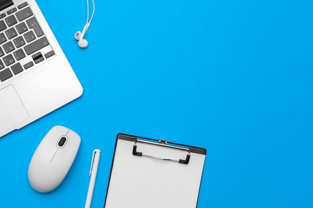 青色の背景、平面図、コピースペースの供給とオフィステーブルデスク