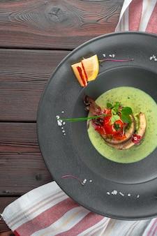Филе рыбы с жареными овощами, гарниром и чатни