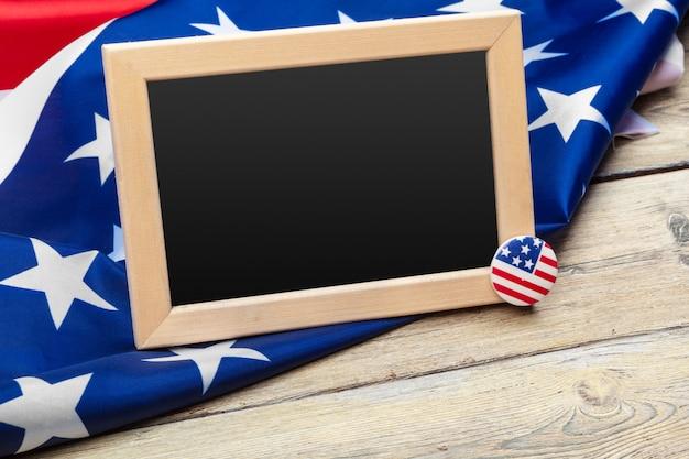 木製のテーブルにアメリカ合衆国の旗。退役軍人の記念日、記念、独立、労働者の日。