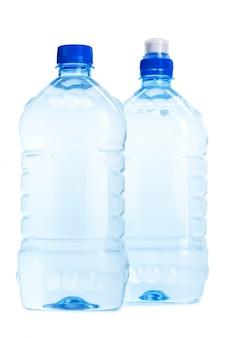 Бутылки минеральной воды, изолированные