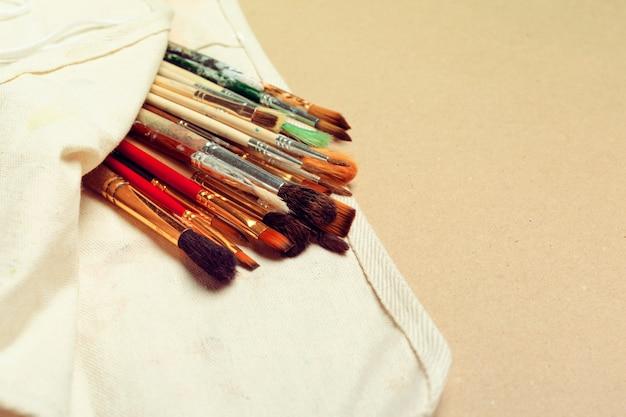Набор профессиональных кисточек-акварелистов в футляре ручной работы и акварельные краски крупным планом