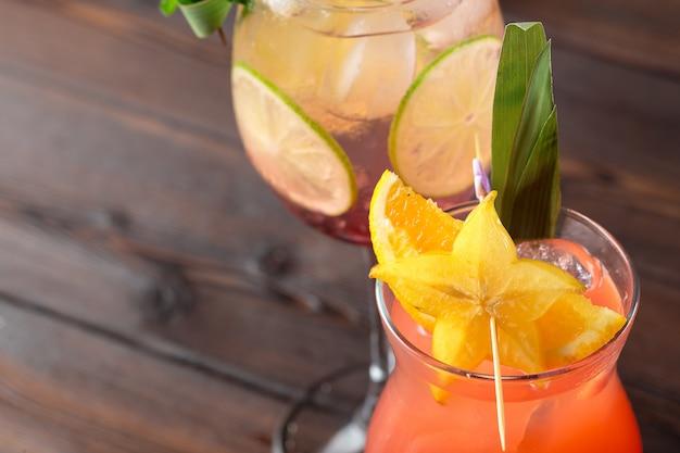 木製のテーブルにアルコールと非アルコールのカクテル。夏の冷たい飲み物