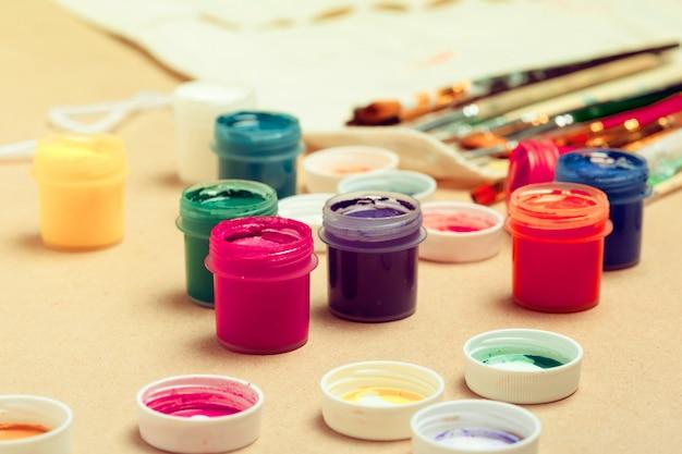 Баночки с разноцветной гуашью и кисточкой