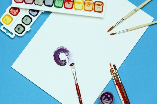 Художественные принадлежности. акварельные краски и кисти
