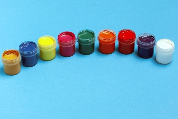 Обратно в школу. разноцветные краски на голубоватом. копировать пространство вид сверху.