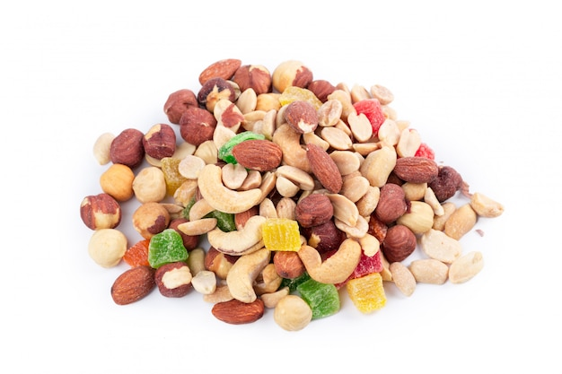 Куча жареных орехов и цукатов, изолированные