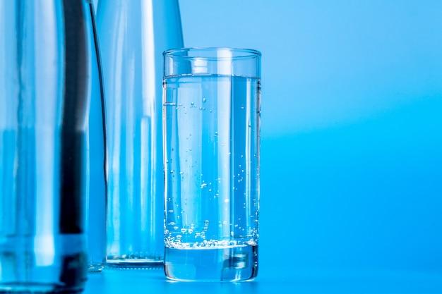 Стеклянные бутылки с водой